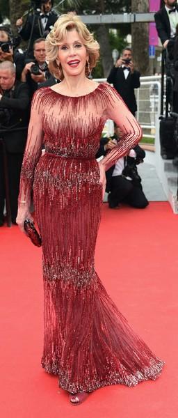 Jane-Fonda-en-robe-bordeaux-transparente-details (2)