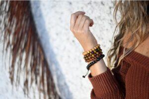 femme portant un bracelet en pierre