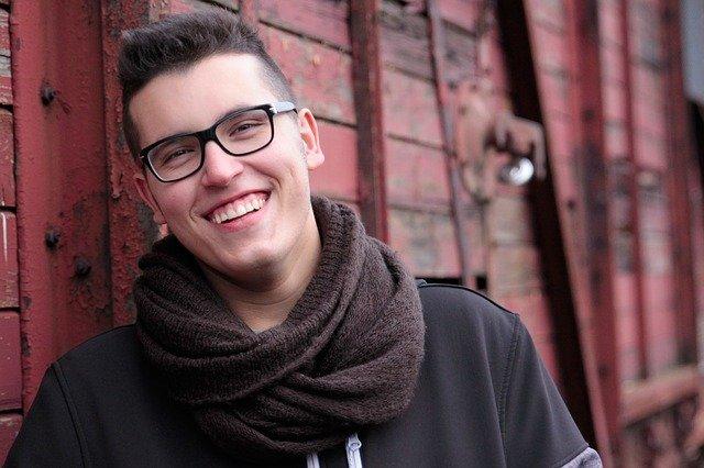 homme avec lunette